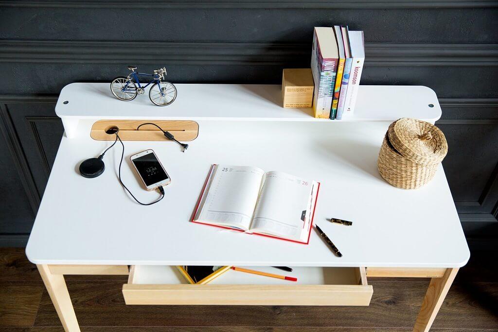 designerskie biurko w kolorze białym