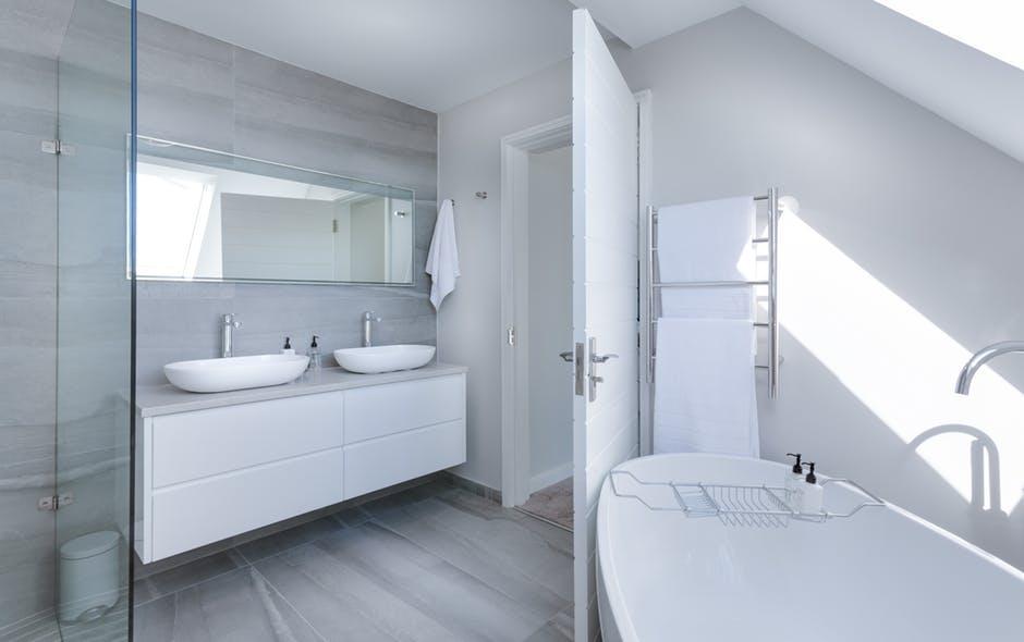 łazienka z białą podłogą